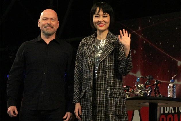 東京コミコンで来場者に笑顔で応えるデナイト監督と菊地凛子