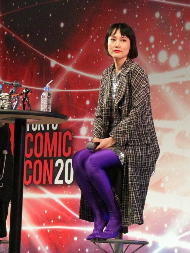 【写真を見る】菊地凛子のクールな佇まい&ファッションも見とれてしまう