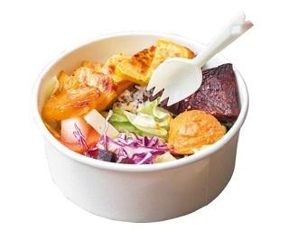 「火燒果菜佰」(100元)は、野菜と果物たっぷりでヘルシーなので女性に大人気!