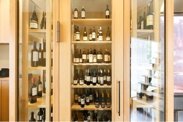 約300本が置かれたワインセラー。ボトル(2700円〜)のほか、月替りの「ワンコインワイン」(540円)もある