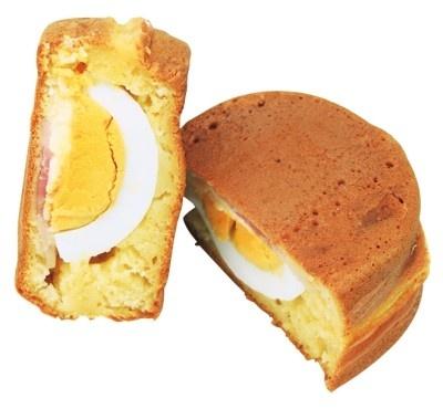 ハムエッグ(120円)。半分に割ったゆで卵が入った人気の定番メニューで、小腹のすいた時にピッタリ/マルヤ製菓