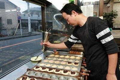 大判焼 マツモトは創業32年、3代目が営む老舗。味を研究するたびに具の量が増え、生地との比率は8:2と中身たっぷり。週末は800個以上売れる