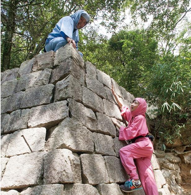 城の石垣を登る石垣登りの術/甲賀の里 忍術村