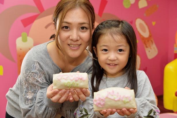 【写真を見る】体験で作ったカマボコを手に記念撮影/ヤマサ蒲鉾株式会社