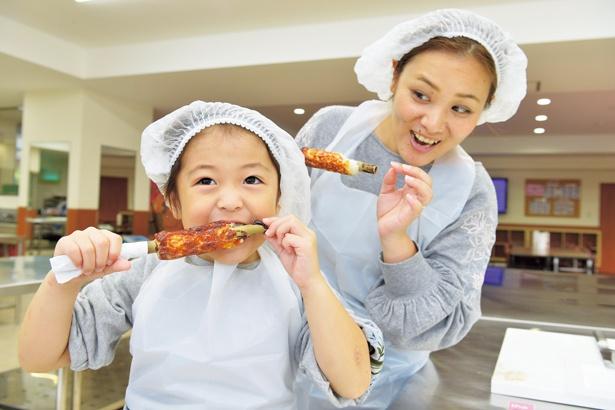 ちくわは焼き上がるのが早く体験後焼きたてをすぐに食べられるのがうれしい/ヤマサ蒲鉾株式会社