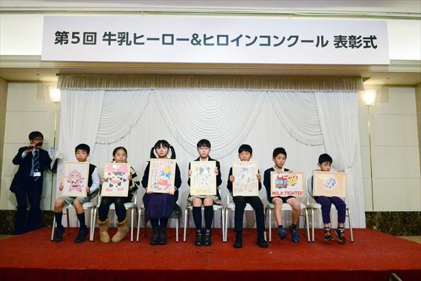 「第5回 牛乳ヒーロー&ヒロインコンクール」で優秀作品に選ばれた7名の小学生
