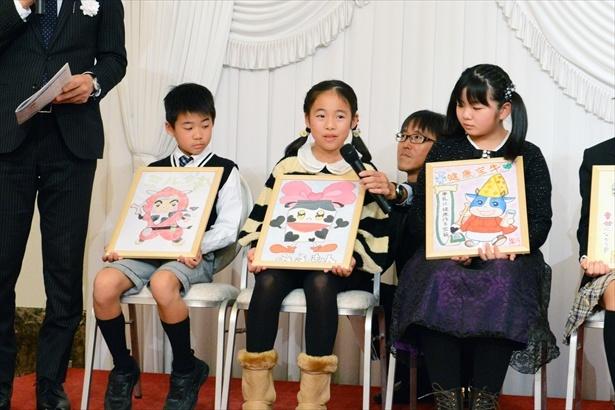 最優秀作品 農林水産大臣賞に選ばれた牛乳ヒロインの「みるきゅん」を描いた時田さん。「牛乳を飲んでハッピーに!という思いを込めて、たくさんのハートマークを描きました」