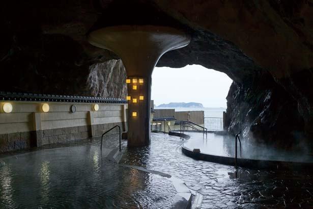 天然洞窟内に広がる忘帰洞/ホテル浦島