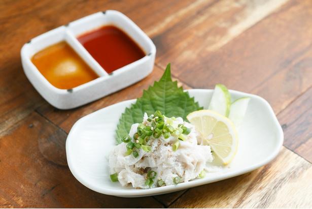 「白せんまい刺し」(880円)。ごま油+塩ダレ、特製ダレで食べる