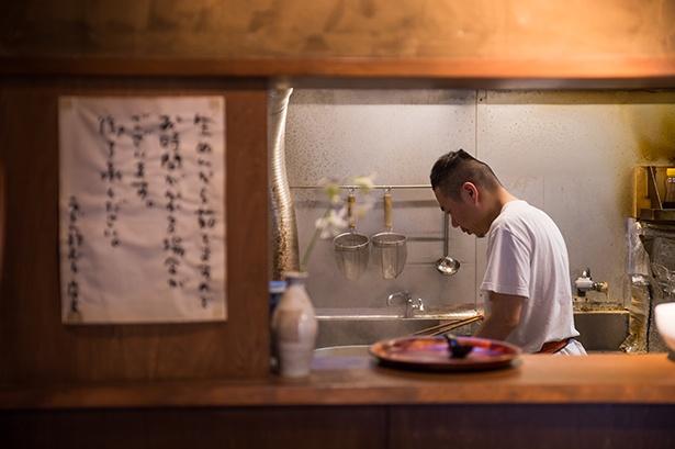 厨房で腕を振るう2代目店主の中山雅弘さん