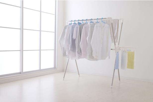 部屋干しでは衣類の間隔を十分にあけるのがポイント