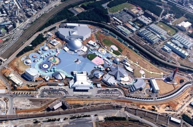 開園当時の上空写真。このときは、周囲に「スペースワールド駅」や「イオンモール八幡東」「いのちのたび博物館」などはまだありませんでした