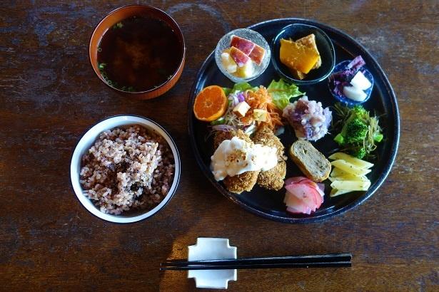 玄米プレート1300円。車ふのカツ、ブロッコリーと昆布のナムル、ニンジンの葉入りの卵焼、大根と柚子の酢のものなど。黒米入りの玄米と自家製味噌のみそ汁付き。