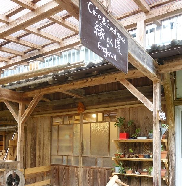 カフェのエントランス。前からあった農具も再利用。手作り感満載だ