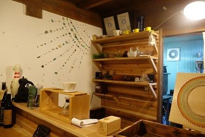 カフェのカウンター。漆喰の壁は自分で塗り、デコレーション。棚なども全部手作り