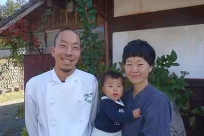 正田さん夫妻と娘さん。娘さんのアレルギーのこともあって、食を考え直すきっかけに。和歌山に移住して、仕事も子育ても充実した