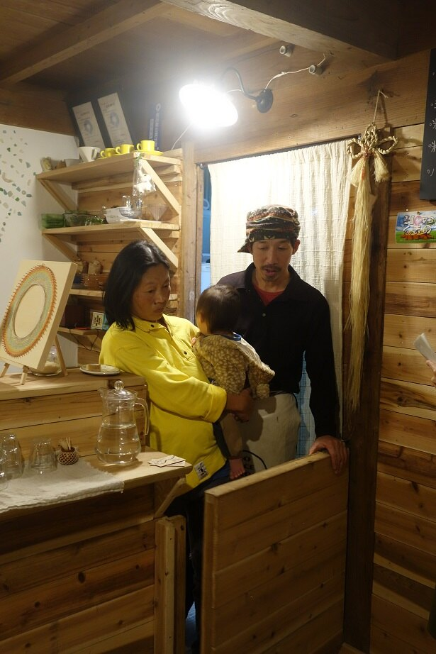 内山さんご夫妻。上の3人は近所のフリースクールに通う。5人目の末っ子はこの家で生まれた