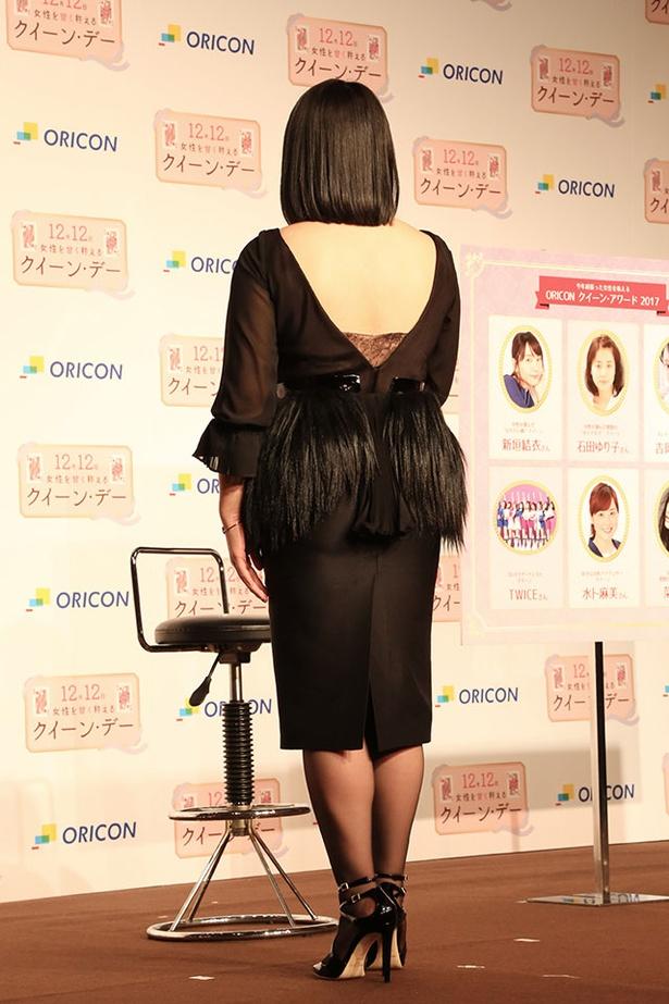 【写真を見る】ブルゾンちえみは背中がぱっくり割れたセクシードレスを披露!