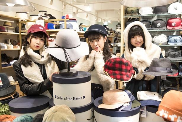 「寒い冬は帽子が欠かせないよね」(竹内)ということで、まずは帽子専門店へ。「帽子ひとつでもこんなに種類が!今日中に決まるかな…」と太田