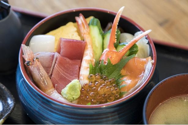 「氷見海鮮丼 粋鮨」の「粋鮨彩り海鮮丼(特上)」(1480円・税込)。マグロやいくら、サーモンなど、新鮮な海鮮がてんこ盛り!「ボリューミーですね!どれから食べようかな」(北川)