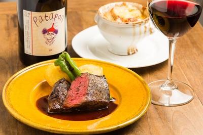 定番メニューの「牛ハラミのステーキ」(1540円)は、表面を焼いてから低温オーブンでじっくりと仕上げるため、しっかり火が通っているのに綺麗なロゼ(ピンク)色でしっとり