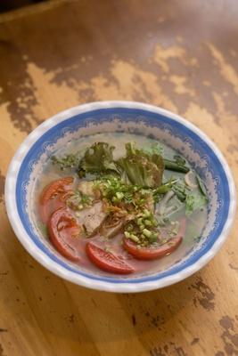 さっぱりとしたトマトの酸味がスープと相性抜群のフォー。生麺のフォーはもちもちとした食感でやみつきになる