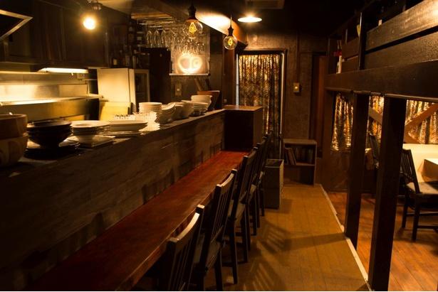 隠れ家的な店内は、カウンター6席のほかテーブル、半個室のロフト席がある