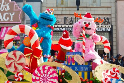 ツリーのようなドレスやロールケーキ、サンタの帽子など個性的な衣装で登場/ユニバーサル・スタジオ・ジャパン