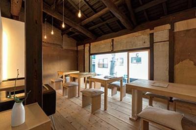 築約80年の町家を現代的に再生/AWOMB 烏丸本店