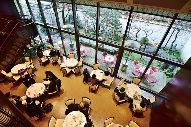 中庭を眺められる人気席も/イノダコーヒ本店
