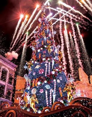 【写真を見る】新クリスマス・ツリーの点灯も真横に/ユニバーサル・スタジオ・ジャパン