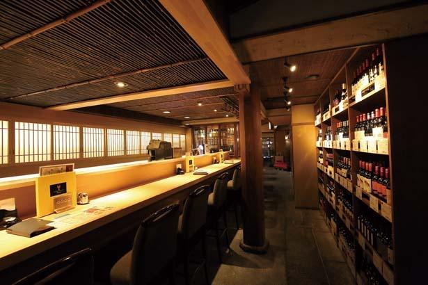 【写真を見る】和のしつらいを生かしたシックなカウンター席/フレンチ祇園バル 丸橋
