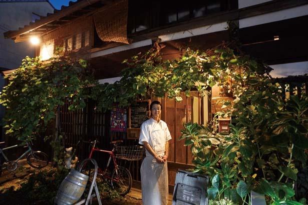 歴史ある建物にブドウの木が彩りを添える/フランス料理店 à peu près