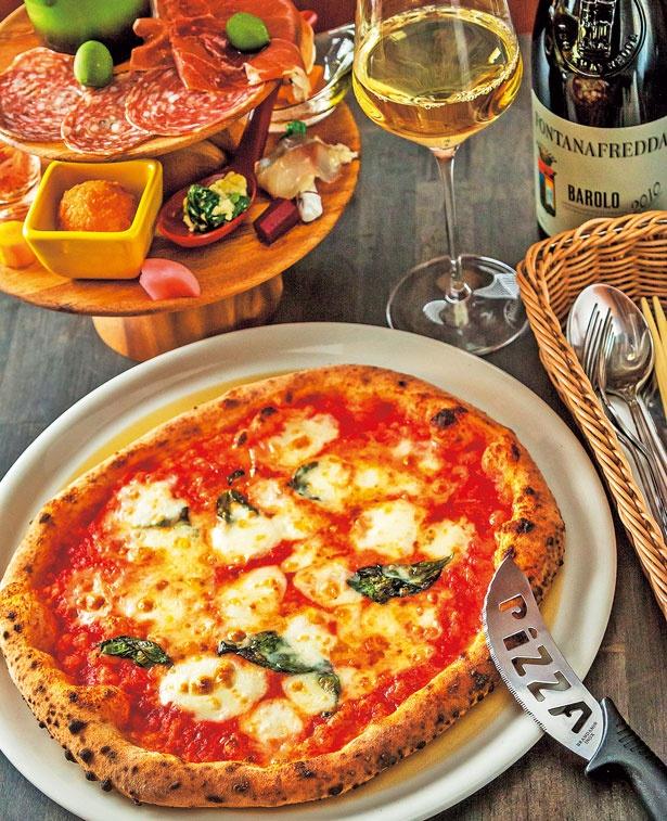 「水牛のモッツァレラのピッツァマルゲリータ」(1598円・手前)、「前菜の盛り合わせ」(1944円・奥)/Pizzeria e Bar La Voce
