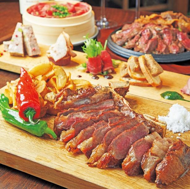「熟成Lボーンコース」(9504円、注文は2人前~、写真は2人前・夜のみ)のステーキ(手前)など/肉料理 しし金