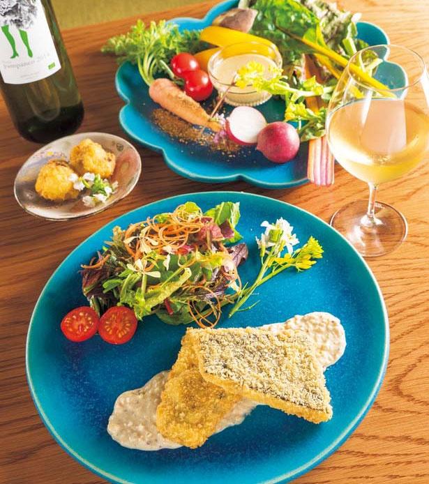 「精進おさかなフライ」(手前、コースメインの一例、季節による、単品なし)など/浮島ガーデン 京都