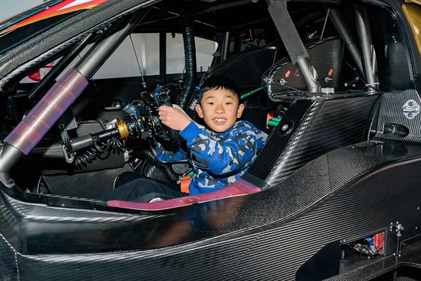 レーシングカーのコクピット体験も行われた