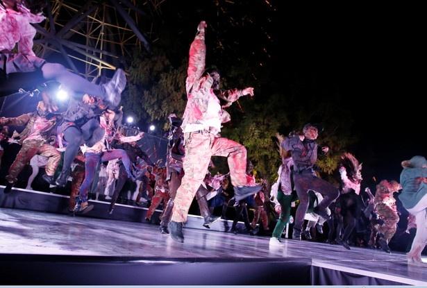 ゾンビたちがダンスで観客を魅了す
