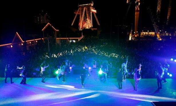 園内には、最新のダンスミュージックや定番のクリスマスソングが鳴り響く