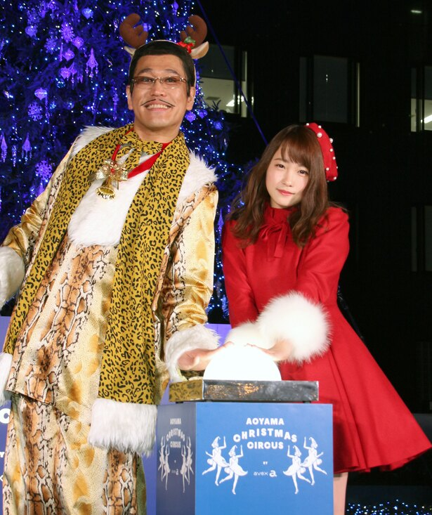 「エイベックスビル クリスマスツリーイルミネーション点灯式」に登壇したピコ太郎と川栄李奈