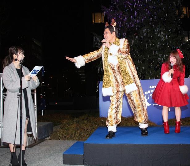 【写真を見る】MCを務めた元SUPER☆GiRLSの荒井レイラは、ピコ太郎のぼけに振り回された