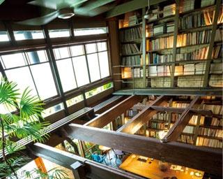 2階の本は細い通路を通って。ギャラリーもある/Café Bibliotic Hello!