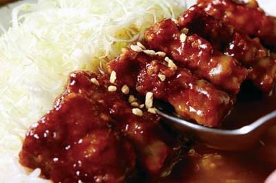 素揚げした豚肉をガーリックの効いたウスターベースのつけダレにイン。カレーとの相性もバツグンだ