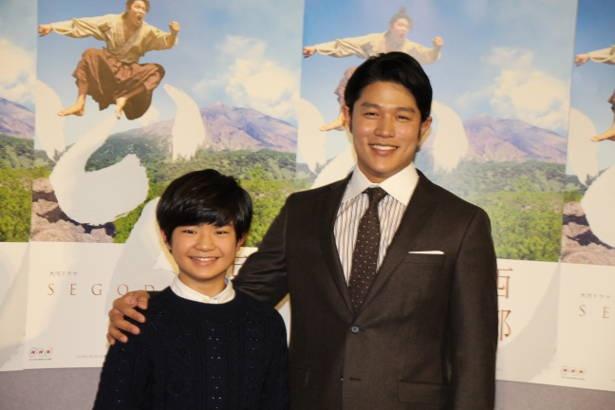渡邉蒼の肩に手を添える鈴木亮平。二人の「西郷どん」が第一話の完成試写会に登場した