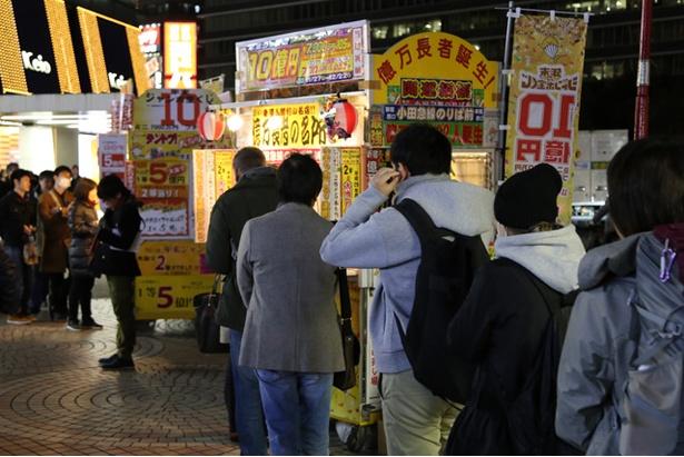 よく当たるといわれる「新宿西口小田急線のりば前」宝くじ売り場には、高額当せんを夢見るファンが行列をつくる