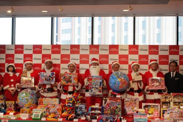 イチオシおもちゃを持って立ち並ぶ「社長サンタ」