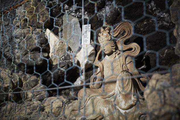 御影石で彫られた観音様