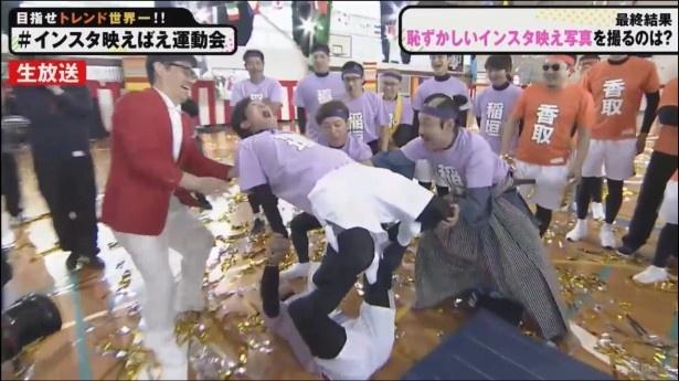 """【写真】稲垣が""""新しいこと""""に挑戦した72時間テレビでは、芸人さながらの罰ゲーム""""吊り天井固め""""で恥ずかしいポーズも披露"""