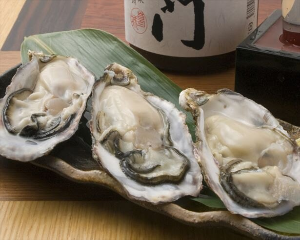 【写真を見る】オープン記念イベント期間は、なんと1つめの生牡蠣が99円!