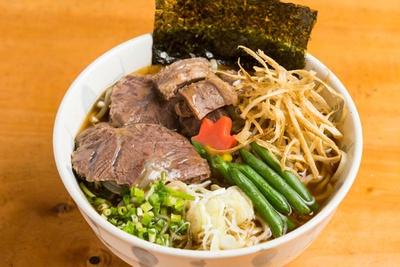 牛骨1号らー麺(750円)。写真の醤油のほか、塩もあり